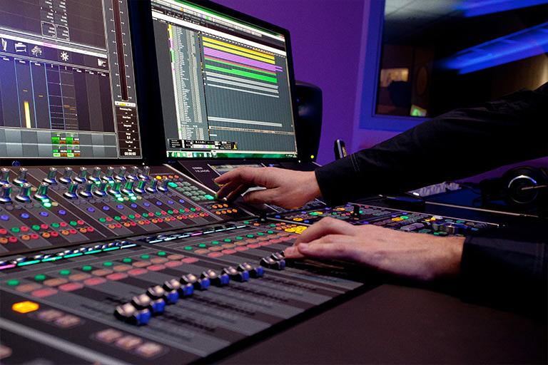 Sea en cuadros de mando de marketing o en el estudio, el caso es que Lorenzo se pasa el día tocando botones